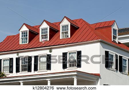 Archivio di immagini casa con rosso tetto e abbaino for Abbaino tetto prezzi