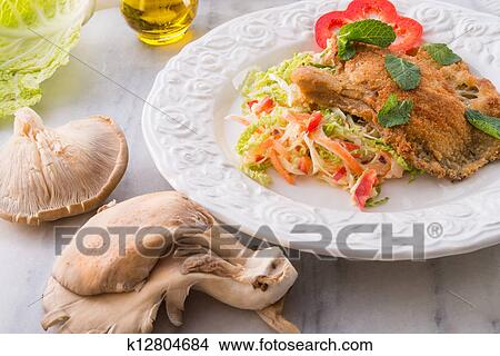 stock foto gebackene auster pilze mit frisch wirsing salat k12804684 suche stockbilder. Black Bedroom Furniture Sets. Home Design Ideas