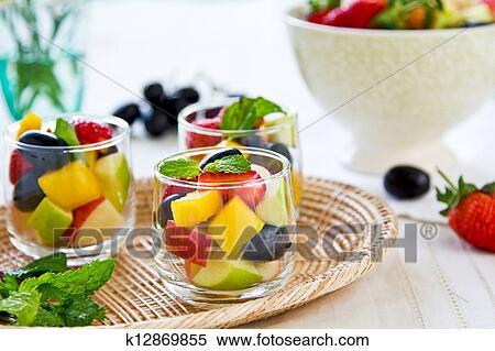 Фруктовый салат в бокале фото
