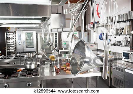 Banque de photo ustensiles pendre dans cuisine for Equipement de cuisine commerciale