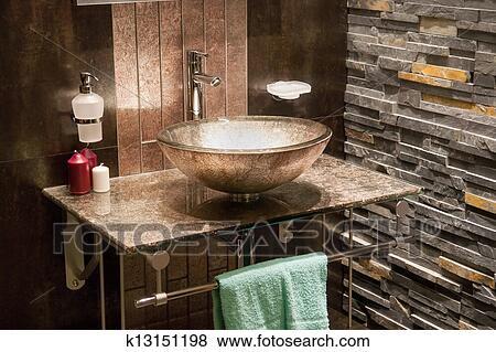bilder sch n modernes badezimmer in luxus neues heim k13151198 suche stockfotos bilder. Black Bedroom Furniture Sets. Home Design Ideas
