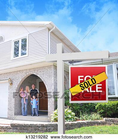 banque de photo famille heureuse acheter nouvelle maison k13219282 recherchez des images. Black Bedroom Furniture Sets. Home Design Ideas