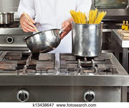 Beeld topkok het koken spaghetti k13438647 zoek stock fotografie foto 39 s prints beelden for Beeldkoken