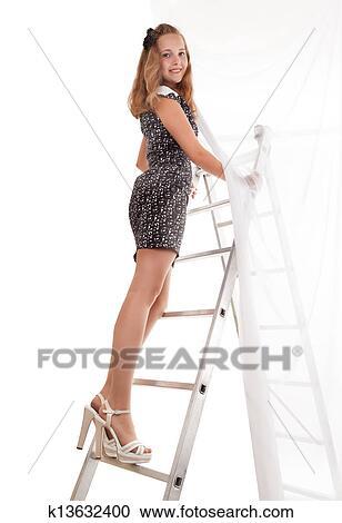 девушка снимает платье смотреть фото