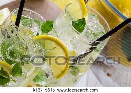 banque d 39 image boisson citron glace et menthe feuille k13715615 recherchez des photos. Black Bedroom Furniture Sets. Home Design Ideas