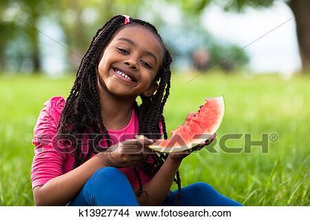 Fille sur la fille mange dehors
