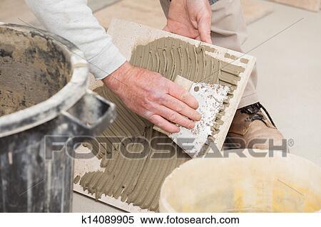 Archivio immagini uno piastrellista posa uno - Piastrellista cerca lavoro ...