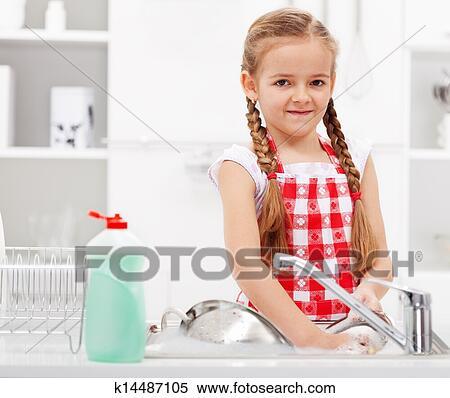 banque d 39 image petite fille plats lavage dans cuisine k14487105 recherchez des photos des. Black Bedroom Furniture Sets. Home Design Ideas