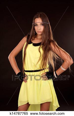 Порно девушка в желтом платье каштановые волосы