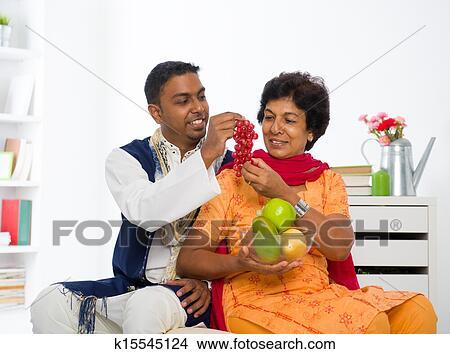 stock foto gesund indische mutter sohn essen k15545124 suche stockbilder wandbilder. Black Bedroom Furniture Sets. Home Design Ideas