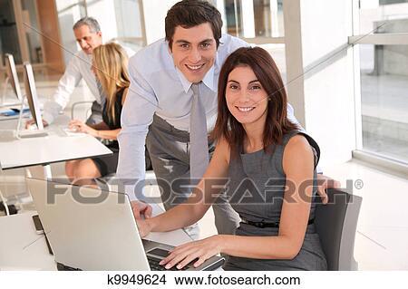 Colecci n de foto oficinistas en la oficina k9949624 for Ver videos porno en la oficina