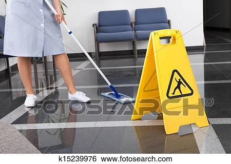 Stock bilder m dchen putzen dass boden k15239976 for Boden putzen