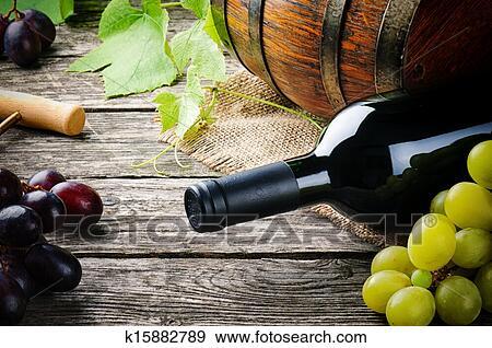 banque de photographies bouteille vin rouge et frais raisin k15882789 recherchez des. Black Bedroom Furniture Sets. Home Design Ideas