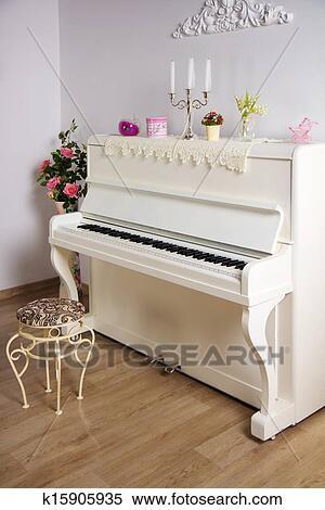 Arkivbilde   hvitt rom, med, det, piano k15905935   søk ...