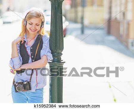 Stock foto vrolijke hipster meisje het luisteren muziek op stad straat k15952384 zoek - Foto tiener ruimte meisje ...