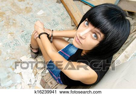 девушка в наручниках фото