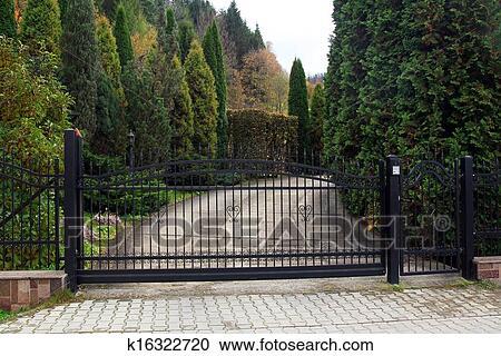 banques de photographies noir forg portail propri t jardin dans les fond. Black Bedroom Furniture Sets. Home Design Ideas