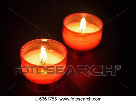 stock bild rot z ndung kerzen auf holztisch in dunkles zimmer closeup bild k16361755. Black Bedroom Furniture Sets. Home Design Ideas