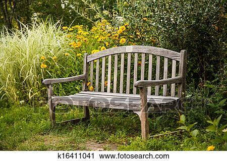 banques de photographies vieux banc bois dans jardin k16411041 recherchez des images des. Black Bedroom Furniture Sets. Home Design Ideas
