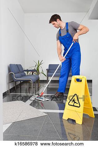 Bilder mann putzen dass boden k16586978 suche for Boden putzen