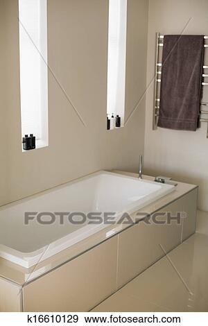 banque de photographies l gant baignoire dans a salle bains k16610129 recherchez des. Black Bedroom Furniture Sets. Home Design Ideas