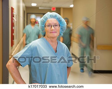 Banque de Photo - docteur, à, équipe, marche, dans, couloir hôpital. Fotosearch - Recherchez des Images, des Photographies et des Photos Clip Art