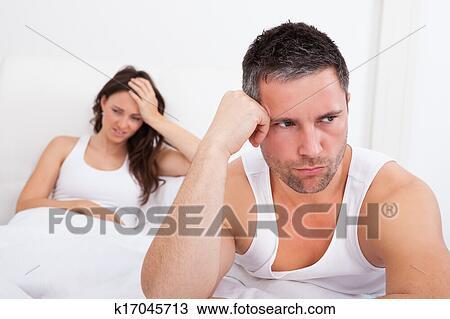 Archivio fotografico frustrato coppia letto k17045713 cerca archivi fotografici foto su - Problemi di coppia a letto ...