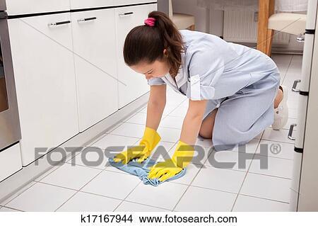 Stock foto jung m dchen putzen boden k17167944 for Boden putzen