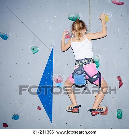 Banque d 39 images petite fille escalade pierre mural - Prise escalade enfant ...