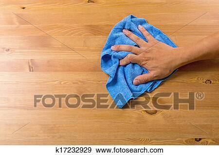 stock fotograf mann putzen tisch k17232929 suche stock fotografie poster bilder und foto. Black Bedroom Furniture Sets. Home Design Ideas