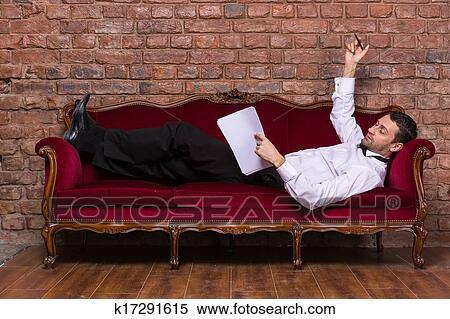 Фото мужик лежит на диване 13 фотография