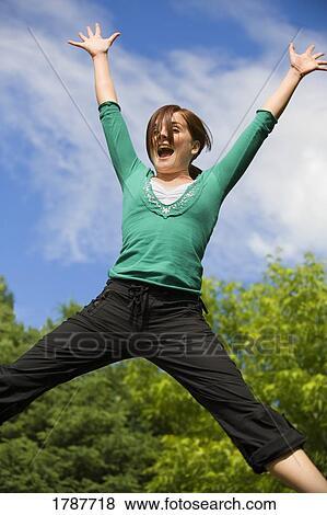 Image - girl, sauter joie. Fotosearch - Recherchez des Photos, des Images, des Photographies et des Images Cliparts