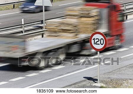 banque de photographies camion d passement 120 kilom tre par heure signe limite vitesse. Black Bedroom Furniture Sets. Home Design Ideas