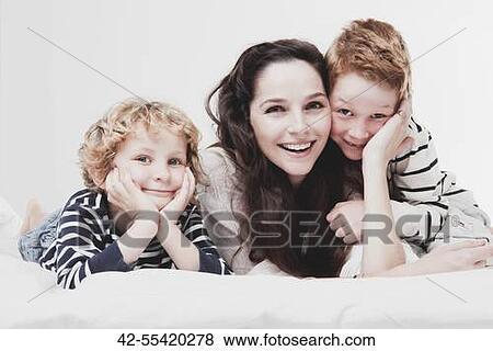 bilder h bsch jung mutter mit sie 2 s hne antikisiert 4 und 7 42 55420278 suche. Black Bedroom Furniture Sets. Home Design Ideas