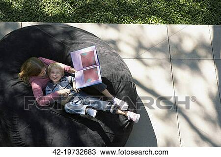 姐妹, 阅读一个故事, 对于, 她, 小兄弟
