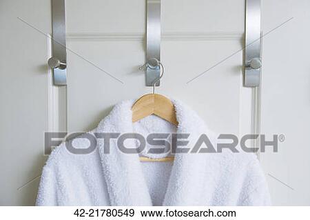 stock fotograf bademantel h ngen tuer haken 42 21780549 suche stock fotografie poster. Black Bedroom Furniture Sets. Home Design Ideas