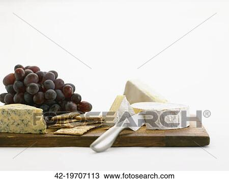 banque de photo fromage brie fromage bleu biscuits et raisins sur a planche d couper 42. Black Bedroom Furniture Sets. Home Design Ideas