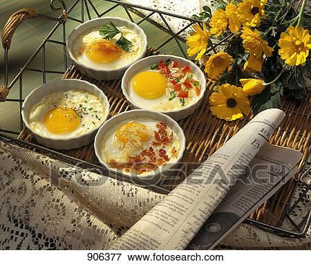 bild parmesan gebackene eier auf a tablett mit blumen und a zeitung 906377 suche. Black Bedroom Furniture Sets. Home Design Ideas