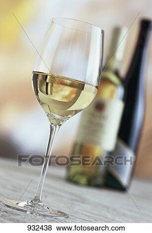 bilder a glas wei en weines wei wein flaschen hinter 932438 suche stockfotos bilder. Black Bedroom Furniture Sets. Home Design Ideas