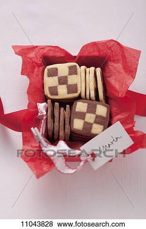 bilder schwarz wei kekse in a kasten als a geschenk 11043828 suche stockfotos. Black Bedroom Furniture Sets. Home Design Ideas