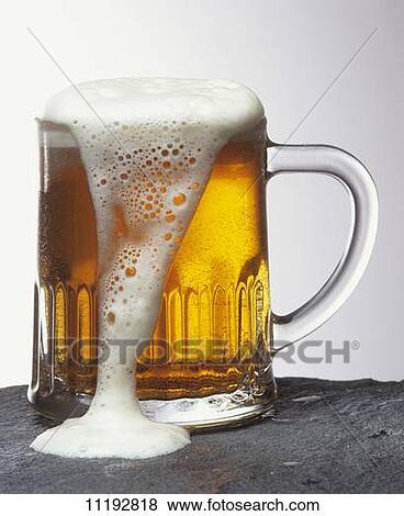 bilder glas licht bier mit schaum berlaufen hin ber 11192818 suche stockfotos bilder. Black Bedroom Furniture Sets. Home Design Ideas