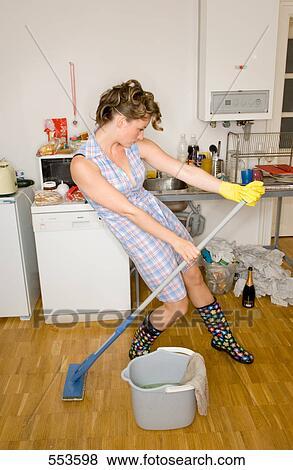 bilder housewive in putzen ausr stung tanzen in kueche mit besen 553598 suche. Black Bedroom Furniture Sets. Home Design Ideas
