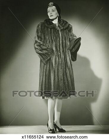 Stock foto elegante frau pelzmantel posieren in for Elegante wandbilder