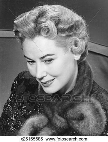 Stock bild elegante blond frau mit dauerwelle b w for Elegante wandbilder