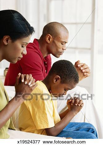 Foto - pais, com, filho, (6-9), orando, vista lateral. Fotosearch - Busca de Imagens Fotográficas, Impressões, e Fotos Clipart