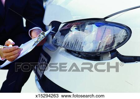 stock foto nahaufnahme von accessor untersuchen auto schaden f r versicherung x15294263. Black Bedroom Furniture Sets. Home Design Ideas