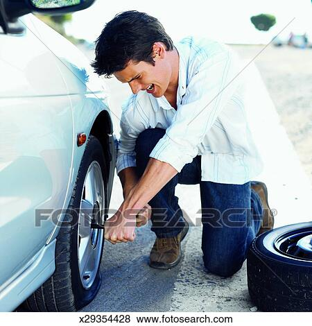 images gros plan de jeune homme changer pneu plat de voiture x29354428 recherchez des. Black Bedroom Furniture Sets. Home Design Ideas