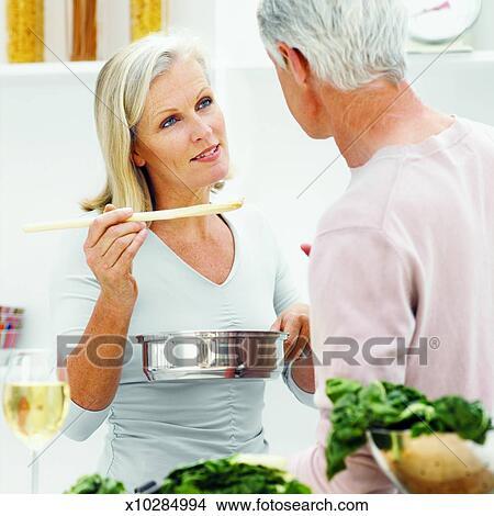 femme mature et jeune homme grisons