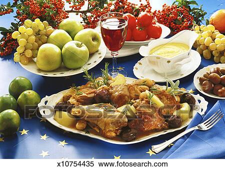 banque d 39 image gros plan de a plat de poulet servi vin rouge et fruits frais. Black Bedroom Furniture Sets. Home Design Ideas