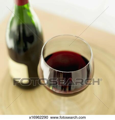 banques de photographies gros plan de a verre vin rouge a bouteille vin sur a table. Black Bedroom Furniture Sets. Home Design Ideas